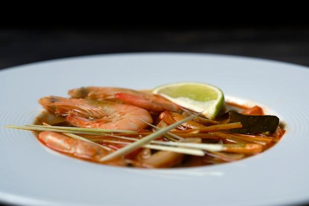 Tom yum ingrediente de sopa tailandesa gambas galangal hierba de limón