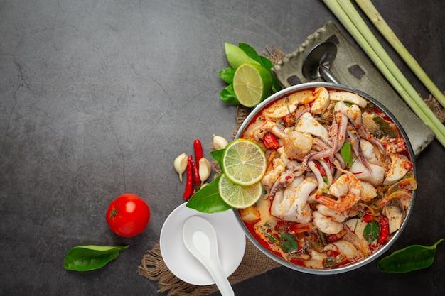 Tom yum mariscos mezclados en sopa espesa hot pot comida tailandesa picante.