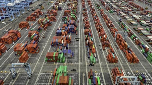Toma aérea del área de grandes contenedores de envío