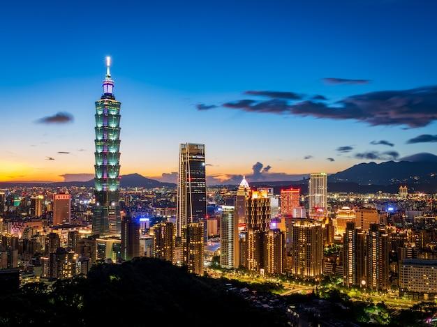 Toma aérea del atardecer de la ciudad de taipei, taiwán