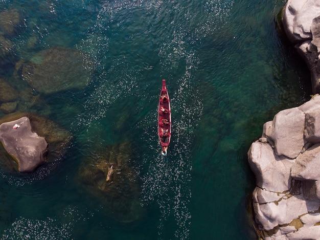 Toma aérea de un barco en el río spiti, india