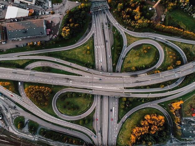 Toma aérea de caminos sinuosos rodeados de parques en medio de la ciudad. Foto gratis