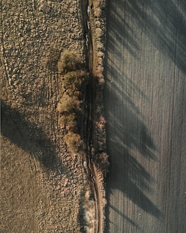Toma aérea de un campo con hermosos paisajes de puesta de sol