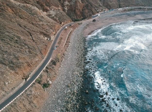 Toma aérea de la carretera cerca del mar.