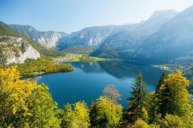 Toma aérea de la ciudad de hallstatt en austria