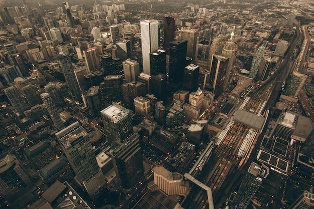 Toma aérea de una ciudad urbana al amanecer