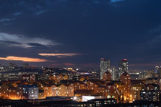 Toma aérea de coloridos edificios residenciales durante la puesta de sol