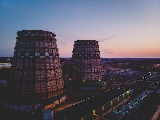 Toma aérea de dos plantas de energía durante la puesta de sol en vilnius