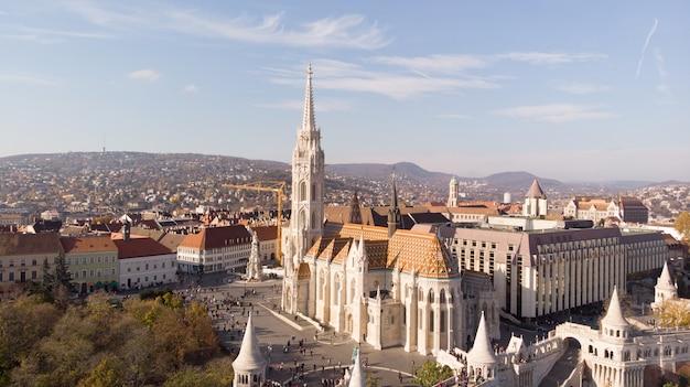 Toma aérea desde drone en la iglesia de san matías en budapest. uno de los principales templos de hungría