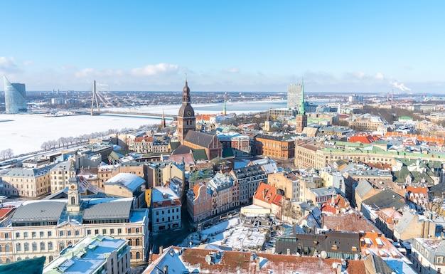 Toma aérea de la hermosa ciudad de riga en letonia en invierno