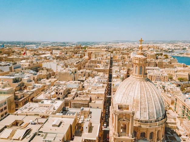 Toma aérea de la hermosa ciudad de valletta en malta