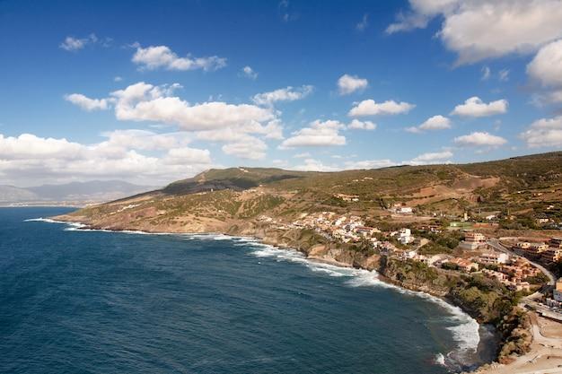 Toma aérea de la hermosa costa cerca de la ciudad medieval de castelsardo
