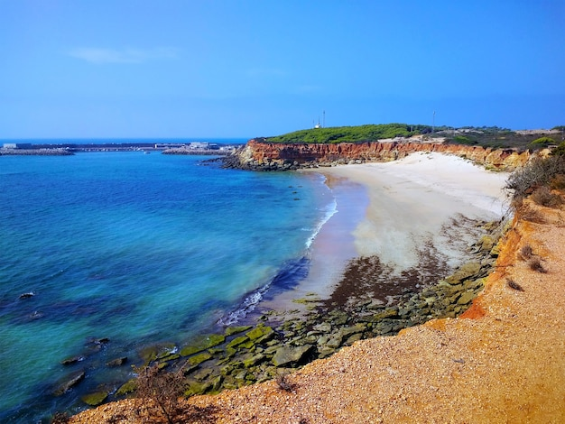 Toma aérea de la hermosa playa de cádiz, españa.