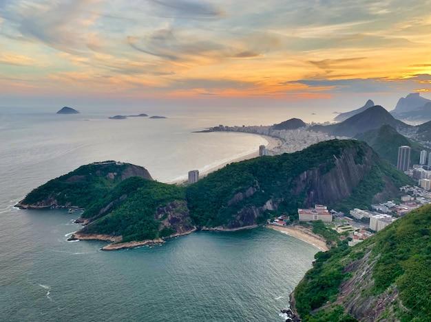 Toma aérea de la hermosa playa de copacabana en río de janeiro, brasil, bajo el cielo del atardecer