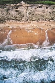 Toma aérea de la hermosa vista superior de una playa