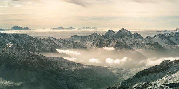 Toma aérea del hermoso glaciar hintertux bajo la luz del sol