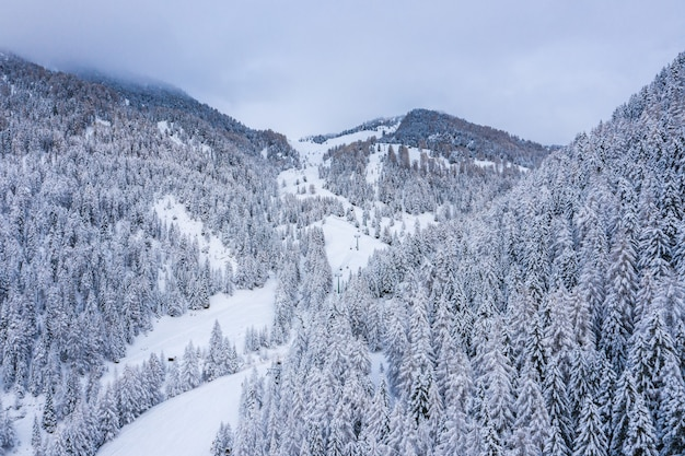 Toma aérea de un hermoso paisaje nevado bajo un cielo nublado