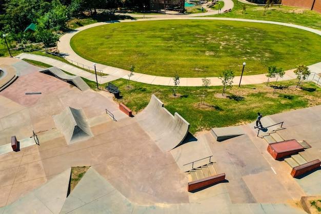 Toma aérea de un hermoso skatepark durante el día.