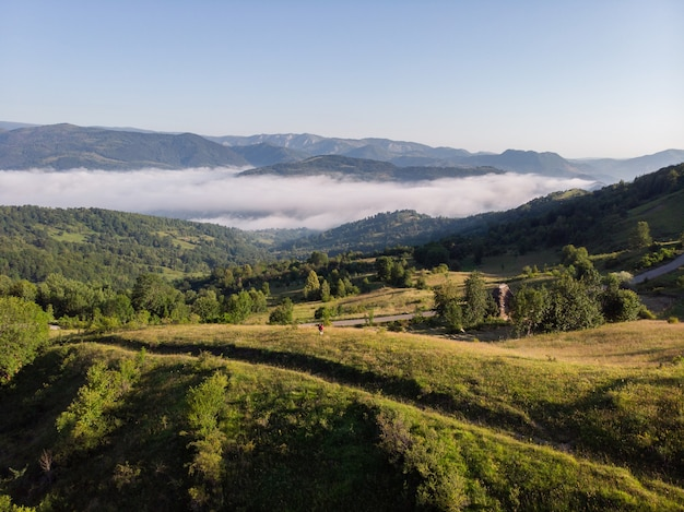 Toma aérea de un increíble paisaje de montaña en el parque natural de apuseni, transilvania, rumania