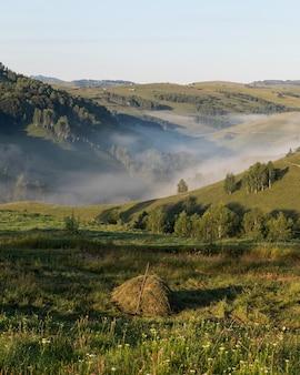 Toma aérea de un increíble paisaje de montaña en transilvania, rumania