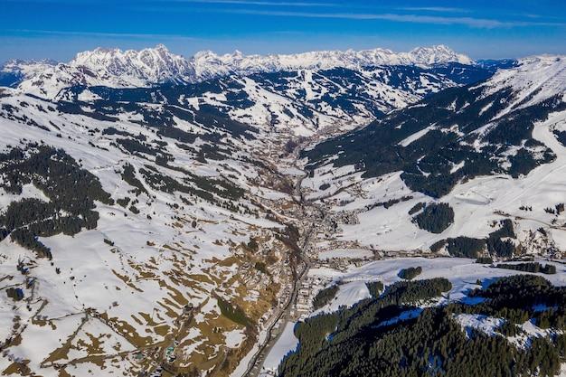 Toma aérea de un increíble paisaje nevado bajo la luz del sol