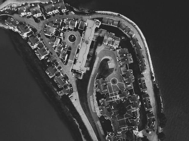 Toma aérea de una isla urbana en blanco y negro