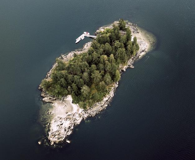 Toma aérea de una isla