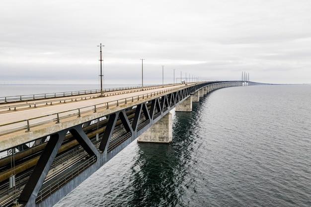 Toma aérea de un largo puente colgante autónomo a través del mar