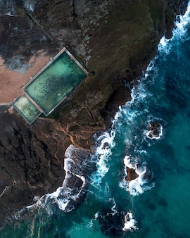 Toma aérea del mar y una piscina de mar en la costa