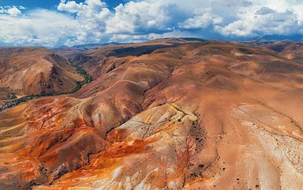 Toma aérea de las montañas rojas y amarillas con textura que se asemejan a la superficie de marte