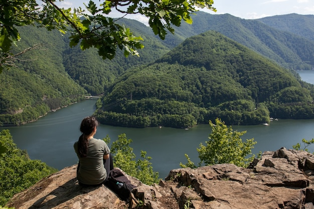 Toma aérea de una niña en un increíble paisaje de montaña en las montañas apuseni, transilvania, rumania