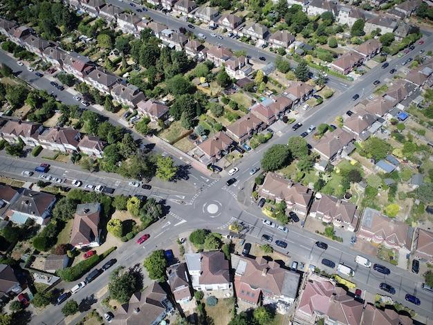 Toma aérea de un paisaje urbano, una intersección central con el tráfico