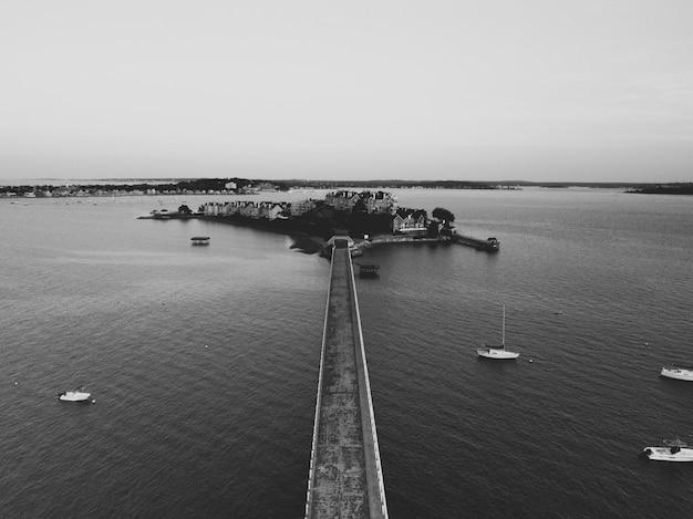 Toma aérea de un puente y una pequeña isla poblada en el mar