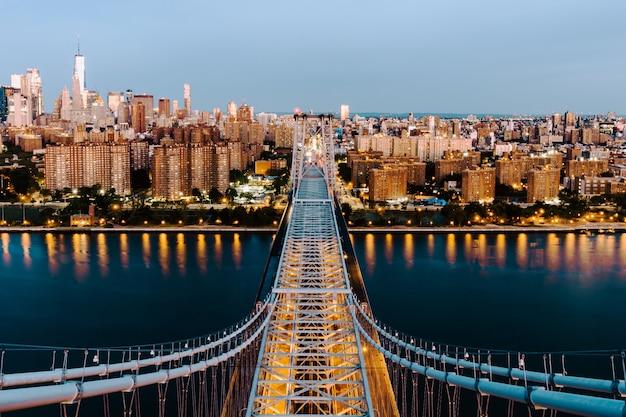 Toma aérea del puente de queensboro y los edificios en la ciudad de nueva york
