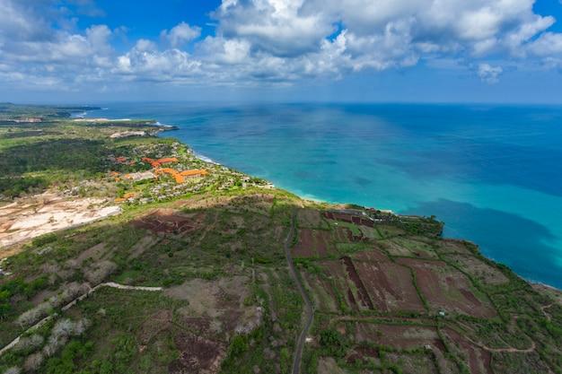 Toma aérea sobre la isla de bali
