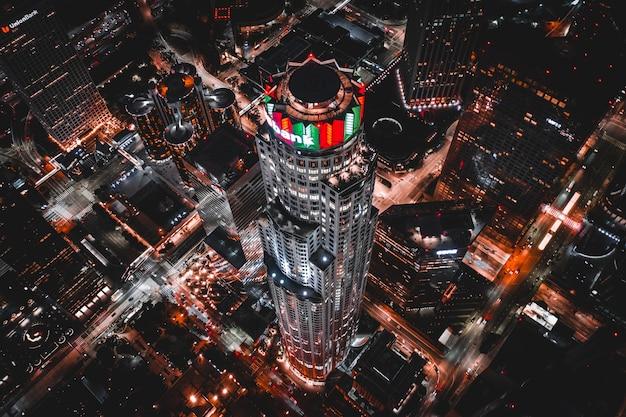 Toma aérea de la torre del banco de ee. uu. en los ángeles