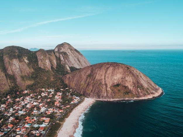 Toma aérea de trail morro das andorinhas en niterói, brasil