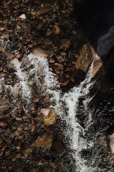 Toma aérea vertical de rocas en el cuerpo de agua de mar