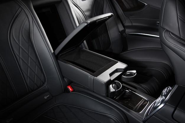 Toma de ángulo alto del moderno interior negro de un automóvil, perfecto para