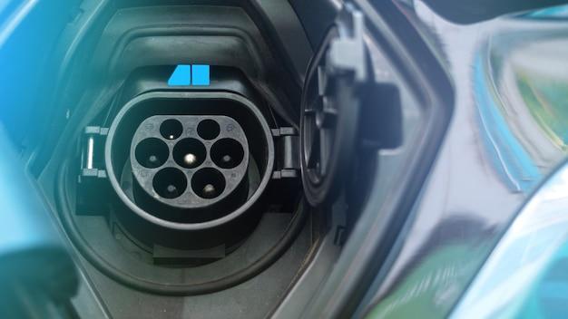 Toma de carga de un coche eléctrico con luz azul