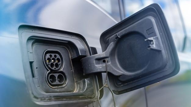 Toma de carga de un coche eléctrico