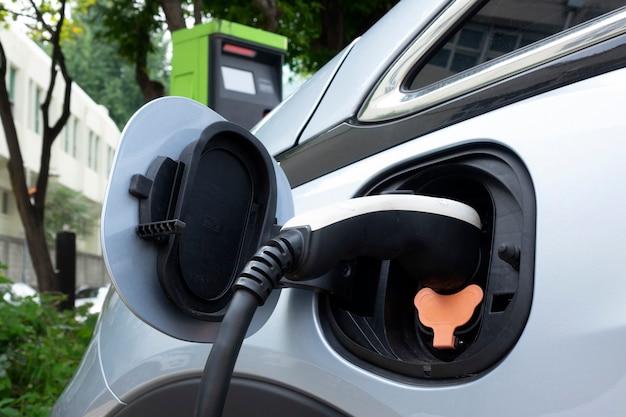 La toma de corriente se conecta al vehículo eléctrico para cargar la batería