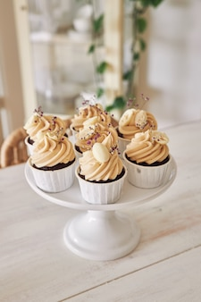 Toma de enfoque selectivo de deliciosos cupcakes de chocolate con cobertura de crema blanca