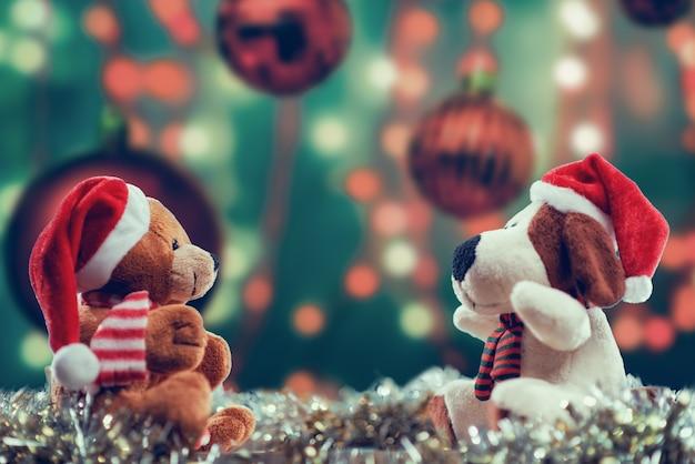 Toma de enfoque selectivo de muñecas con temas navideños