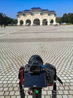 Toma una foto en la entrada puerta del monumento salón conmemorativo de chiang kai shek en taipei