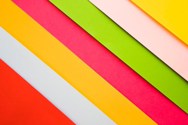 Toma de fotograma completo de varios papeles de cartón de varios colores