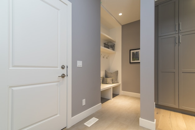 Toma interior de una sala de ropa de casa moderna