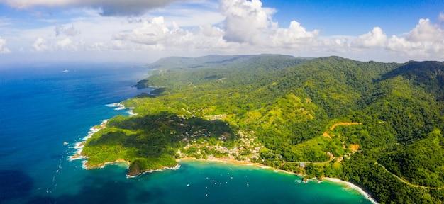 Toma panorámica aérea de los cayos de tobago en las islas del caribe