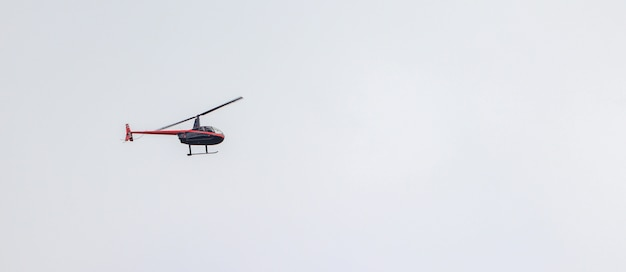 Toma panorámica de un helicóptero volando en un cielo nublado