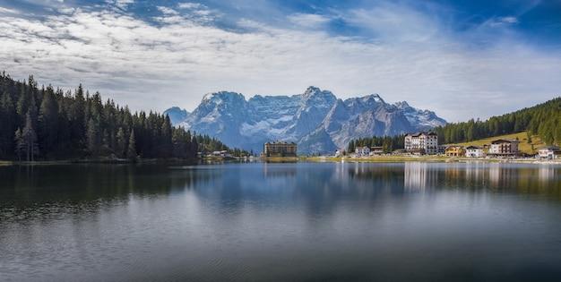 Toma panorámica del lago lago di misurina con reflejos en los alpes italianos